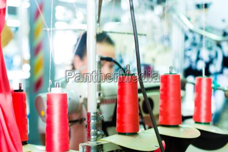 rolinhos de fios em uma fabrica