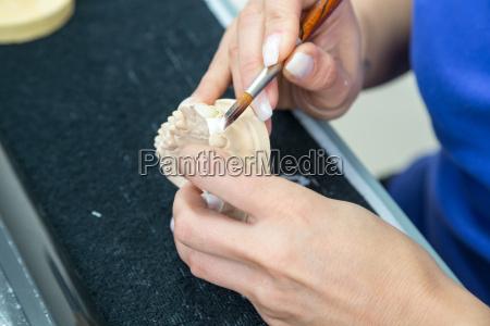 zahntechnikerin usando restauracoes de ceramica em