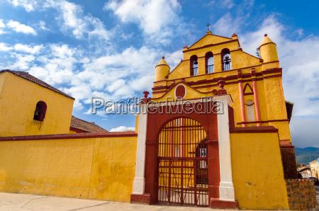 igreja amarela e vermelha