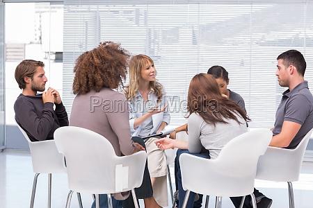 sessao de terapia de grupo sentados