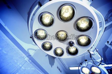 lampadas cirurgicas no quarto de operacao