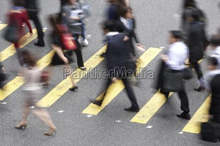 vista aerea de commuters que cruzam