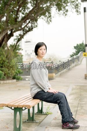 mulher sentam se no banco