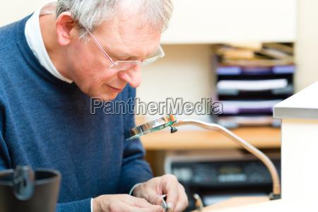 especialistas em acustica trabalhando em um