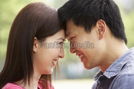 retrato de jovem casal chines olhando