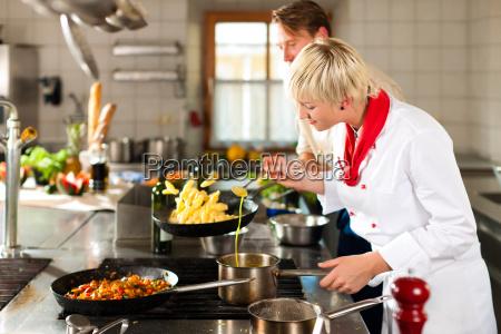 chefs de cozinha no restaurante ou