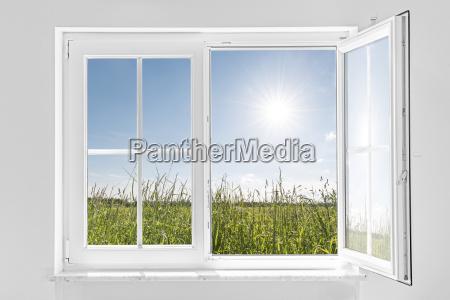 metade branca janela aberta com sol