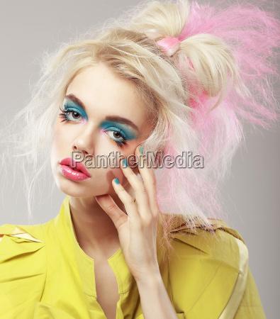 retrato do blonde brilhante com cabelo