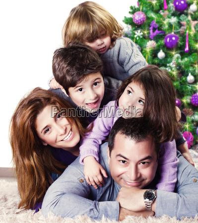 familia feliz perto da arvore de