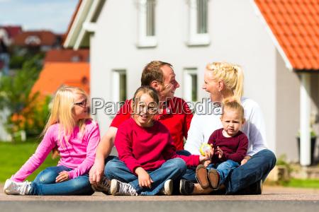 a familia feliz senta se na