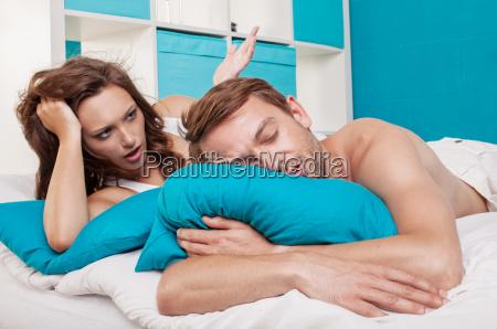um casal deitado na cama