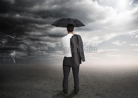 homem negocios segurando um guarda chuva