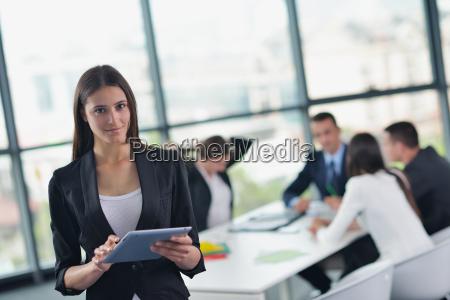 executivos em uma reuniao no escritorio