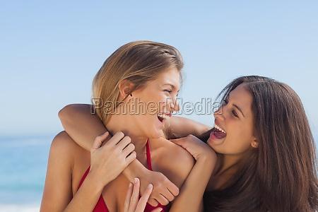 dois, amigos, sorridentes, se, abraçando - 10040100