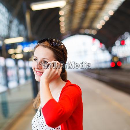 mulher, muito, jovem, em, uma, estação - 10198801