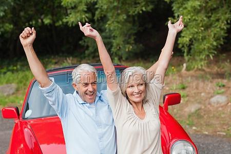 casal maduro alegre posando por seu