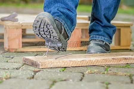 trabalhador com sapatos de seguranca entra