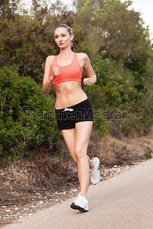 ung attraktiv sporty kvinde korer i