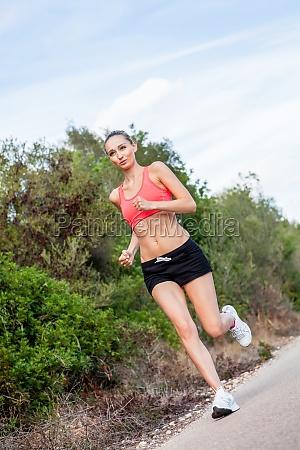 mulher desportiva atrativa nova ao correr
