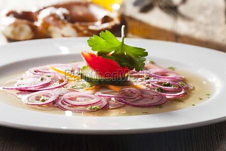 salada de salsicha bavara na madeira