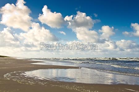 praia de areia no mar baltico