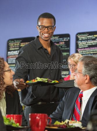 barista trazendo comida
