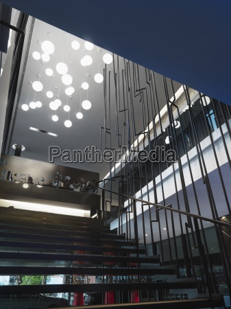 escadaria moderna com varias luzes do