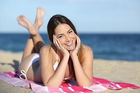 menina nova do adolescente na praia