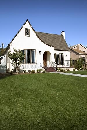 gramado em frente a cottage pasadena