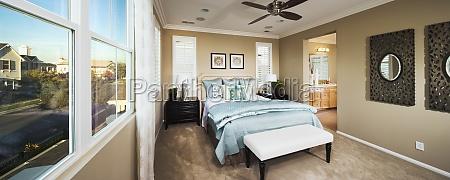 cama azul claro no quarto principal