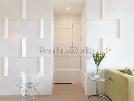 interior moderno com porta camuflada com