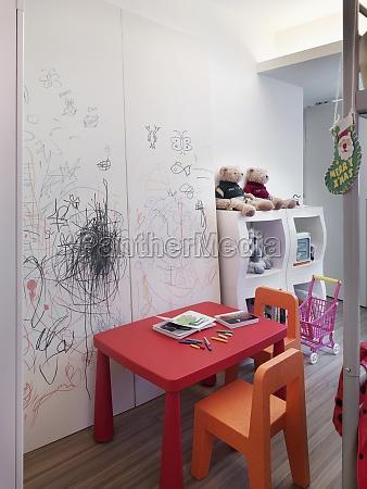 mesa para criancas na sala de