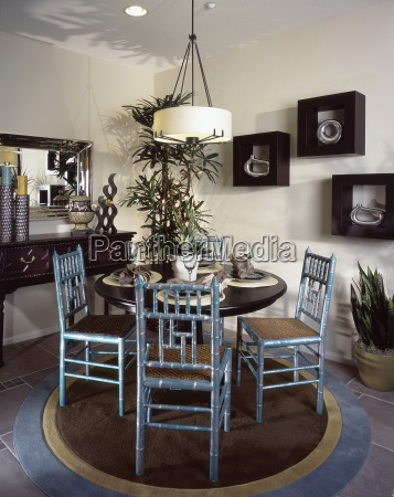 mesa de jantar organizado e cadeiras