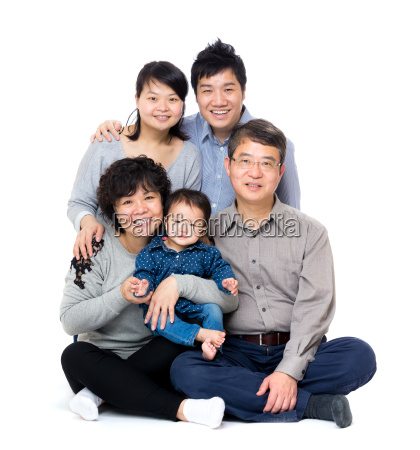 familia de tres geracoes asiatico feliz