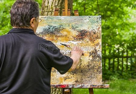 o artista pinta um retrato abstrato