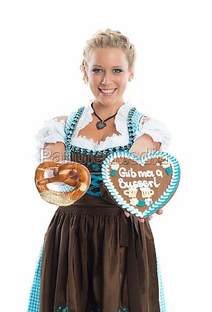 bayrisches, mädchen, mit, lebkuchenherz, und, brezn - 11823495