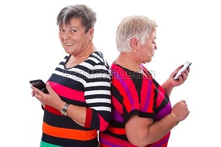 duas mulheres senior comunicam se pelo
