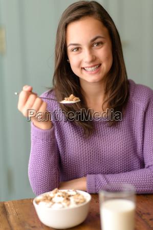 o adolescente aprecia o sorriso saudavel