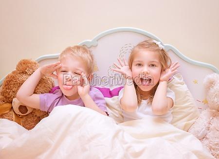 criancas felizes fazem caras