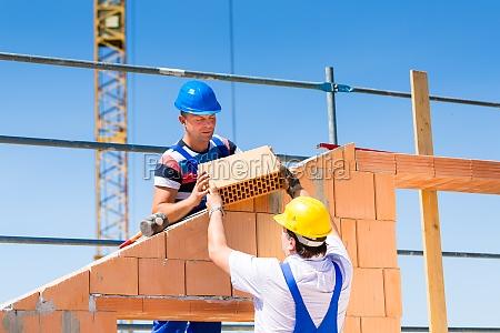 dois trabalhadores da construcao em um