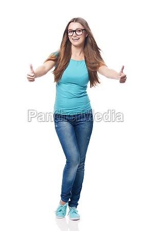 mulher, feliz, que, mostra, o, polegar - 12110472