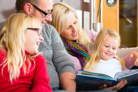 leia historias de familia durante