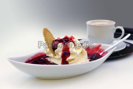 sorvete com creme molho vermelho e