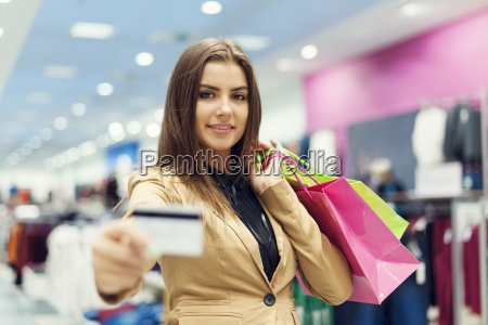 mulher, bonita, que, mostra, o, cartão - 12352176