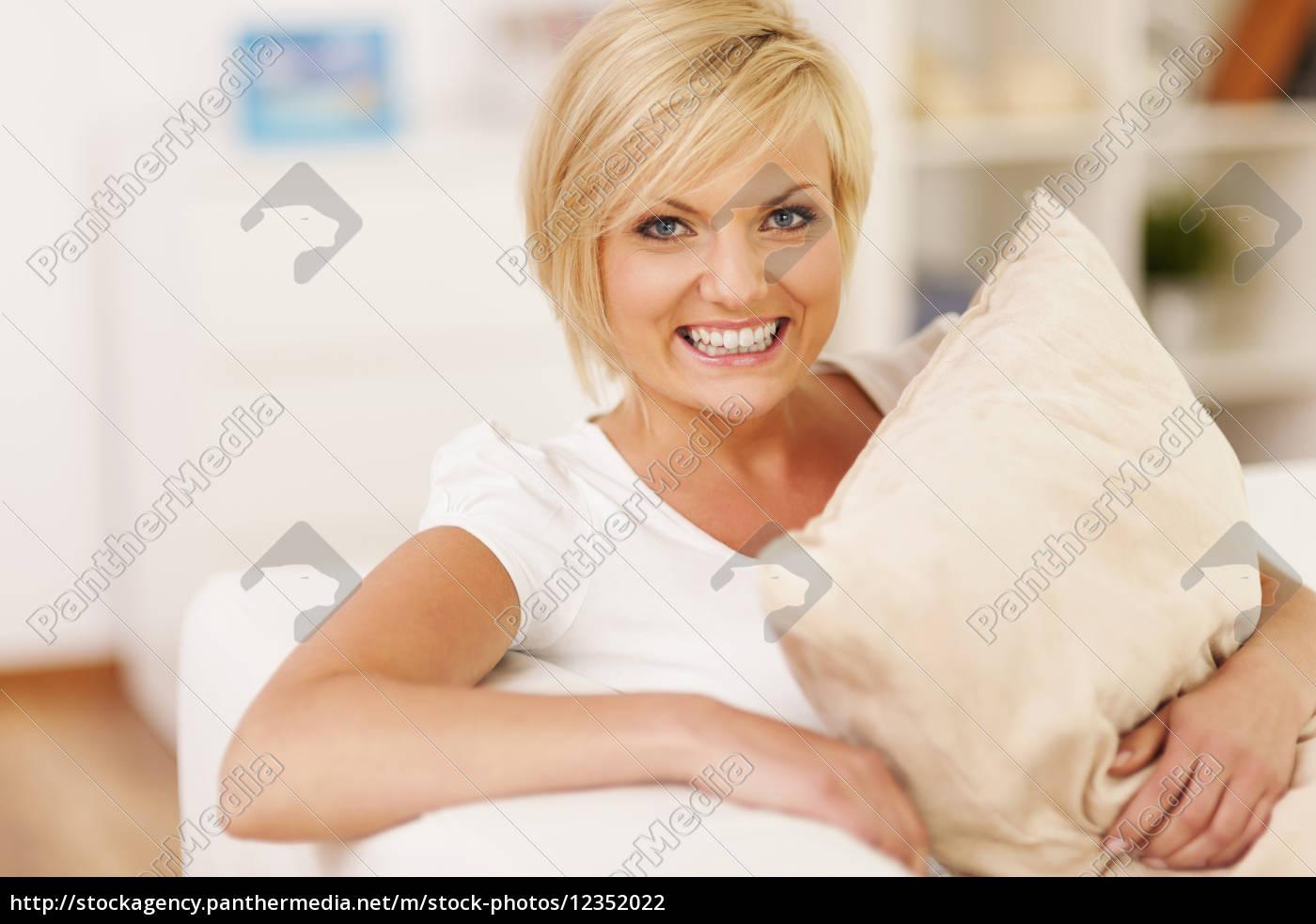 mulher, feliz, que, abraça, o, descanso - 12352022
