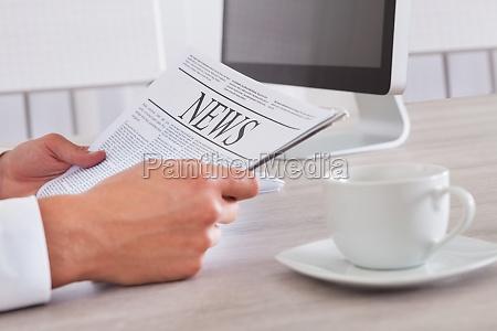 homem que prende o jornal