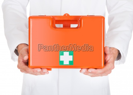 doutor segurando caixa de primeiros socorros