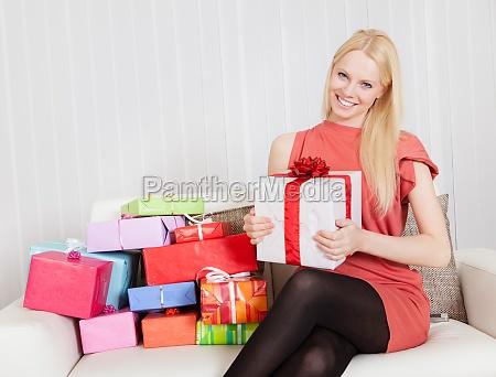 mulher nova bonita com seus presentes