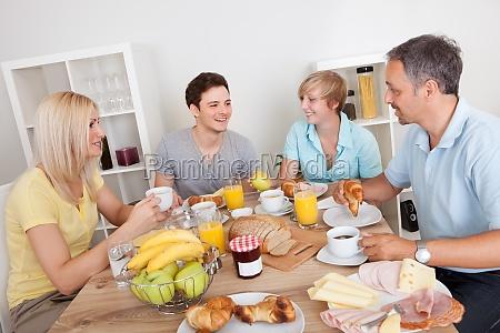 familia feliz pequeno almoco desfrutando
