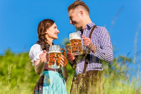 pares alemaes no traje com cerveja